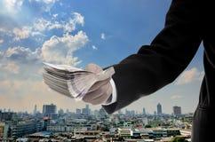 O homem de negócios investe no conceito econômico principal imagem de stock royalty free