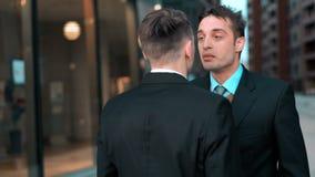 O homem de negócios irritado agarra pelas lapelas seu chefe filme