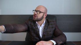 O homem de negócios irritado bem sucedido novo do retrato jura e odiando o vídeos de arquivo