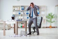 O homem de negócios irritado chocou o trabalho no escritório ateado fogo despedido imagens de stock royalty free