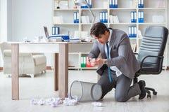 O homem de negócios irritado chocou o trabalho no escritório ateado fogo despedido imagem de stock royalty free