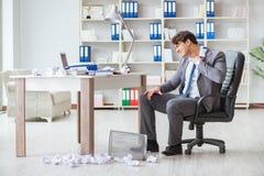 O homem de negócios irritado chocou o trabalho no escritório ateado fogo despedido fotos de stock
