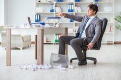 O homem de negócios irritado chocou o trabalho no escritório ateado fogo despedido foto de stock royalty free