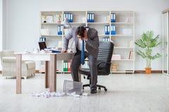 O homem de negócios irritado chocou o trabalho no escritório ateado fogo despedido imagens de stock