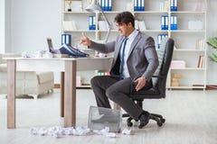 O homem de negócios irritado chocou o trabalho no escritório ateado fogo despedido imagem de stock