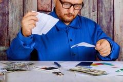 O homem de negócios irritado tem o esforço e problemas com relatórios maus, quebra documentos fotos de stock royalty free