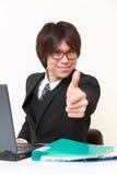 O homem de negócios japonês com polegares levanta o gesto Fotografia de Stock