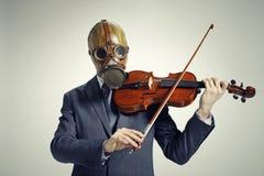 O homem de negócios joga o violino fotografia de stock royalty free