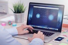 O homem de negócios lê o Livro Branco da TONELADA da rede aberta do telegrama no Web site da avaliação de ICO Imagens de Stock