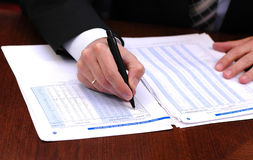 O homem de negócios lê o relatório financeiro 2 Imagem de Stock