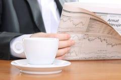 O homem de negócios leu o jornal Imagens de Stock