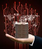 O homem de negócios leva o dinheiro com circuito e o mapa do mundo digitais da árvore imagem de stock