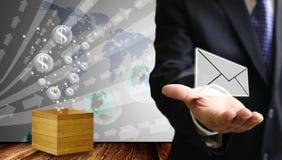 O homem de negócios leva o e-mail com o flutuador do ícone das bolhas do dinheiro do dólar imagem de stock royalty free