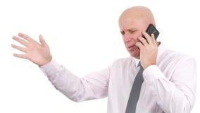 O homem de negócios Make um telefonema ouve más notícias fazer gestos de mão nervosos filme