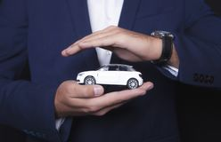 O homem de negócios mantém o carro imagem de stock