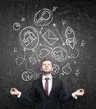 O homem de negócios meditativo no terno formal está pensando sobre a construção de alguns relacionamentos comerciais Os ícones co Fotos de Stock