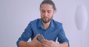 O homem de negócios moderno com rabo de cavalo gerencie sobre o app na tabuleta e mostra a tela verde vertical do croma à câmera  video estoque
