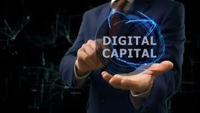 O homem de negócios mostra o capital de Digitas do holograma do conceito em sua mão filme