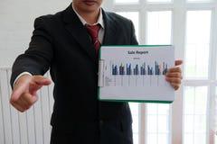 O homem de negócios mostra o gra analítico da carta do mercado de contabilidade financeira fotografia de stock royalty free