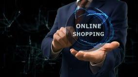 O homem de negócios mostra a holograma do conceito a compra em linha em sua mão vídeos de arquivo