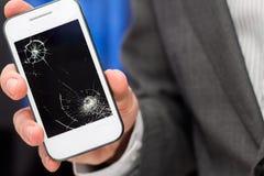 O homem de negócios mostra smartphone quebrado Fotos de Stock Royalty Free