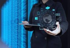 O homem de negócios mostra a tecnologia moderna Fotos de Stock