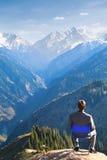 O homem de negócios na parte superior da montanha está pensando Imagens de Stock Royalty Free