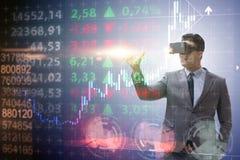 O homem de negócios na realidade virtual que troca no mercado de valores de ação foto de stock royalty free