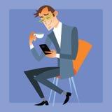 O homem de negócios no chá ou no café da gaivota lê a mensagem em seu p Imagem de Stock
