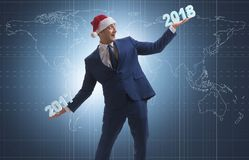 O homem de negócios no chapéu de Santa que guarda 2017 e 2018 Fotografia de Stock Royalty Free