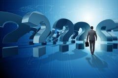 O homem de negócios no conceito da incerteza com pontos de interrogação Imagens de Stock Royalty Free