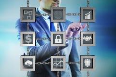 O homem de negócios no conceito do cryptocurrency do blockchain imagem de stock