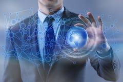 O homem de negócios no conceito do negócio global da globalização Imagens de Stock