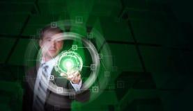O homem de negócios no dedo do terno pressiona o botão virtual Foto de Stock Royalty Free
