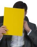 O homem de negócios no escritório senta-se em uma cadeira imagens de stock