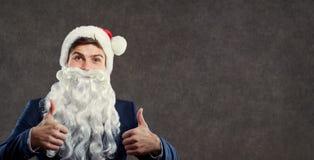 O homem de negócios no traje de Santa Claus estendeu seus dedos acima fotos de stock