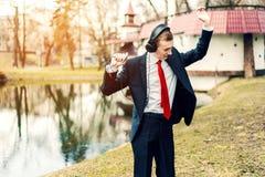 O homem de negócios nos fones de ouvido está dançando o homem novo relaxa Descanso do Freelancer fotos de stock royalty free