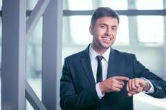 O homem de negócios novo bem sucedido tem uma nomeação foto de stock royalty free