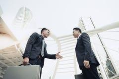 O homem de negócios novo considerável está introduzindo-se ao execu principal fotografia de stock