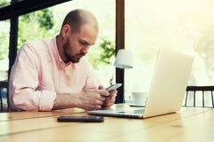 O homem de negócios novo corrige um plano de negócios para o desenvolvimento de sua empresa Foto de Stock Royalty Free