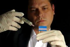 O homem de negócios novo dá uma injeção financeira à bandeira de Cabo Verde Imagem de Stock Royalty Free