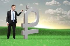 O homem de negócios novo decide o que fazer com os ativos do rublo imagens de stock royalty free