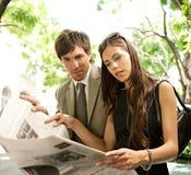 Executivos que lêem o papel. imagens de stock