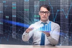 O homem de negócios novo no conceito de troca em linha imagens de stock