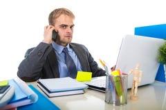 O homem de negócios novo preocupou a fala cansado no telefone celular no esforço do sofrimento do escritório Imagem de Stock Royalty Free
