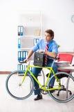 O homem de negócios novo que usa a bicicleta para comutar ao escritório foto de stock royalty free