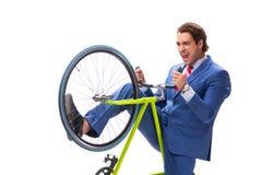 O homem de negócios novo que usa a bicicleta para comutar ao escritório fotografia de stock royalty free