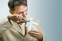 O homem de negócios novo scissor o homem de papel Fotografia de Stock Royalty Free