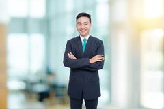 O homem de negócios novo sorri no escritório Fotos de Stock Royalty Free