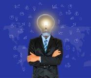 O homem de negócios novo tem uma cabeça como a lâmpada com faculdade criadora para succes imagem de stock
